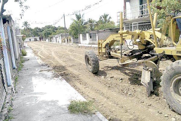 Pavimentan calle de la colonia Dante Delgado