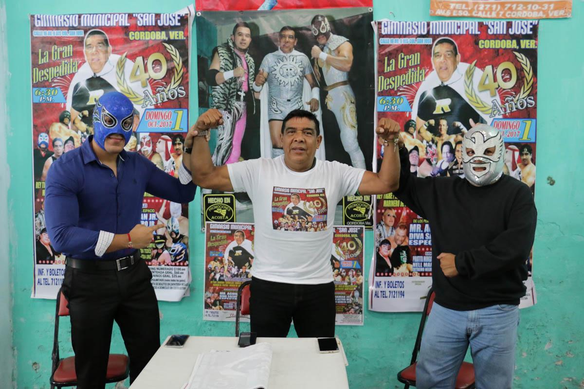 Ringo Acosta se va de la lucha libre el próximo uno de octubre en el gimnasio municipal de San José después de 40 años en los encordados. Aquí con su hijo Duende Acosta y Halcón Negro.