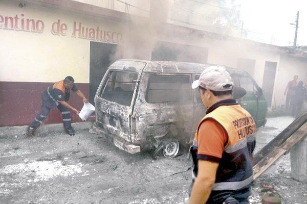 Arde camioneta en Huatusco