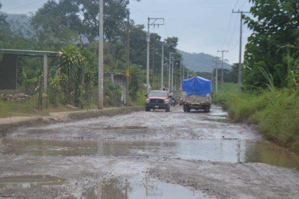 Destrozada carretera de Tezonapa a Laguna Chica