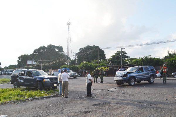 Chocan camionetas;  una mujer lesionada