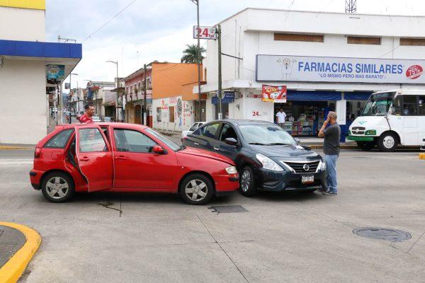 Caos por colisión de autos en avenida 11