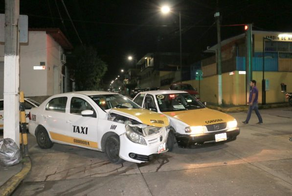 Chocan dos taxis
