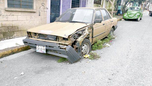 Exigen retirar carros maceta de las calles