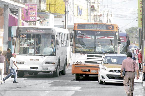 """Transportistas exigen acabar con taxis """"pirata"""" y colectivos"""