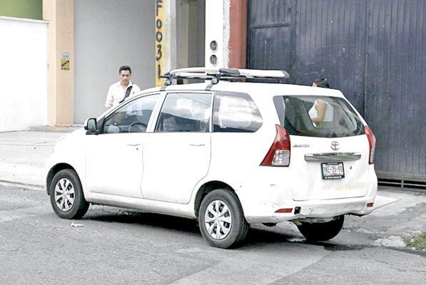Choca taxi contra una camioneta