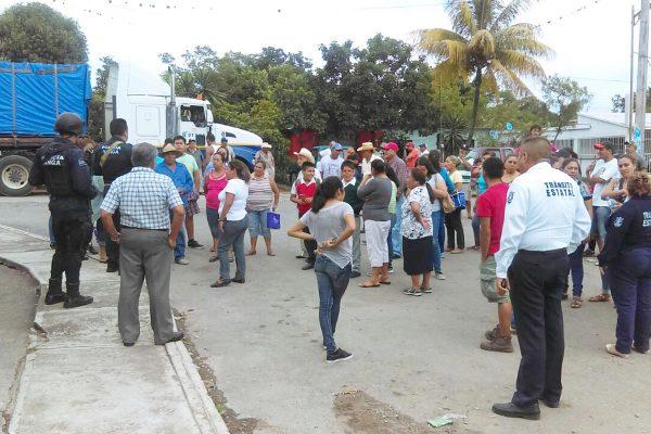 Bloquean carretera La Concha-Potrero, exigen que no circulen unidades pesadas