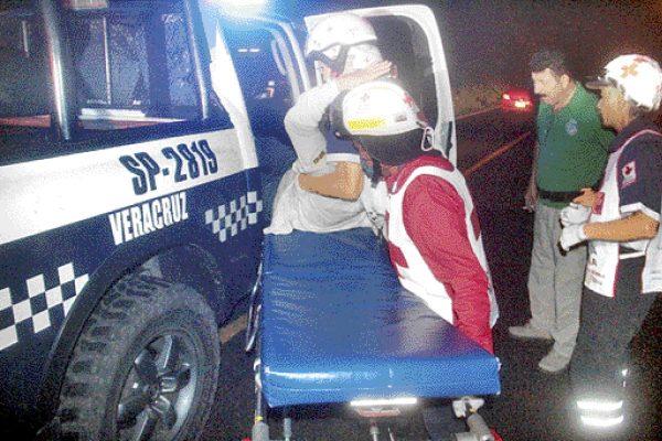Asaltan y atacan a taxista
