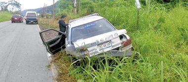 Se desbarata automóvil al chocar contra camioneta