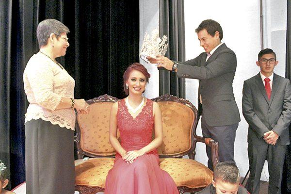 Coronan a señorita heroica en Coscomatepec
