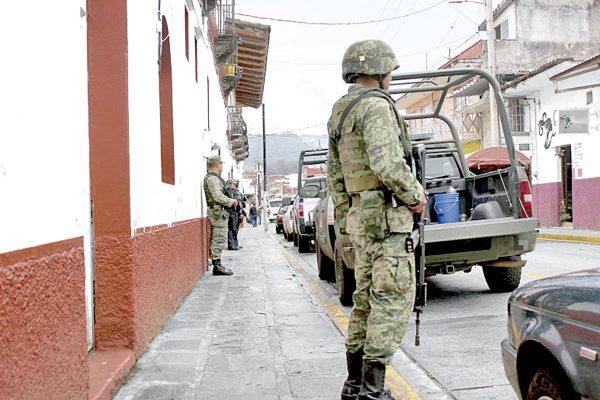 Sedena y Fuerza Civil revisan armamento  a policías municipales