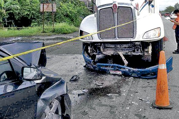 Choca auto contra trailer; un muerto