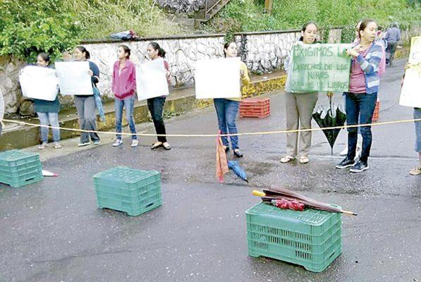 Demandan maestros en Tlaltetela