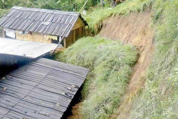 Derrumbe en Calcahualco  afecta dos viviendas