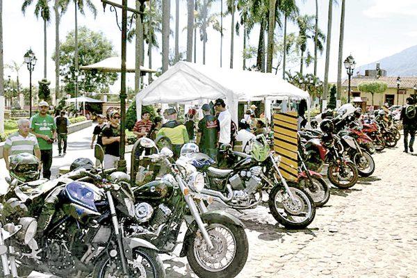 Moto clubes arriban a cosco