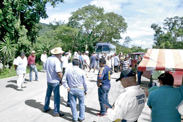Bloquean pobladores vía alterna a Tezonapa
