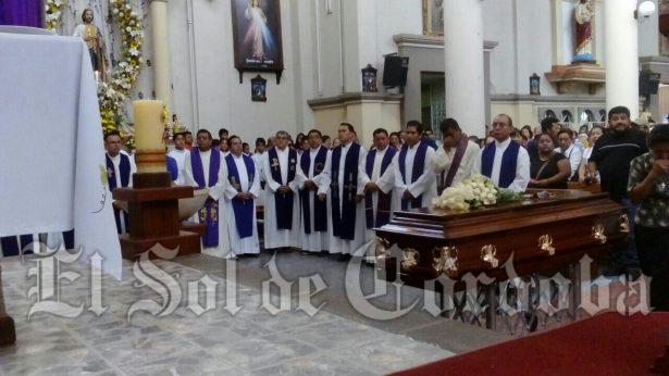 Con oraciones y cantos despiden al presbítero Luis Enrique Hernández Rosas