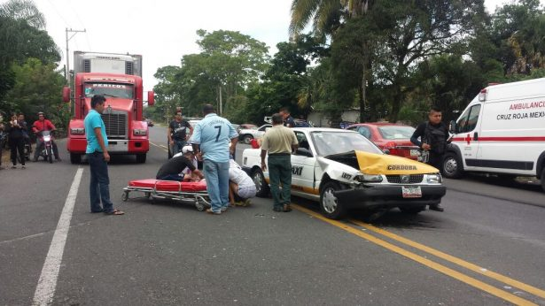 Choca taxi; 3 lesionados