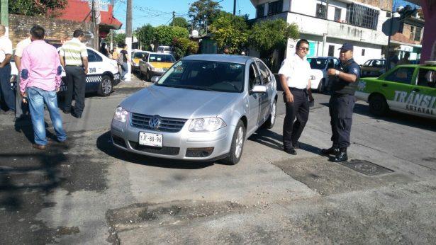 Choca su auto mujer embarazada contra taxi,  en la avenida 10