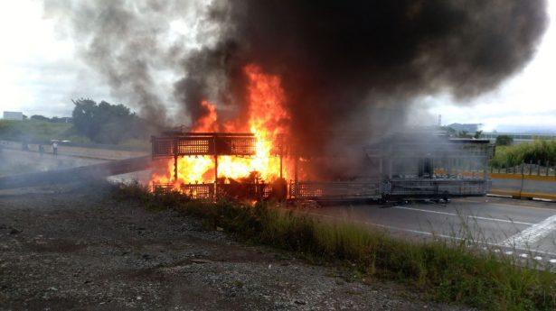 Arde tráiler en autopista