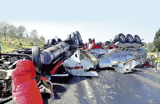 Muere trailero en aparatoso accidente, en el libramiento Xalapa-Perote