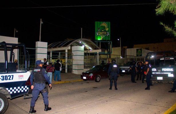 Grupo armado ejecuta de varios tiros a joven en cancha de futbol