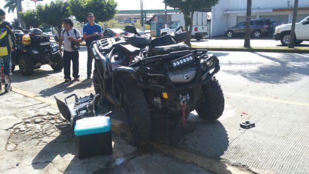 Choca cuatrimoto y auto compacto sólo daños materiales