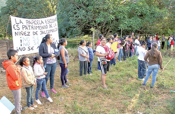 Vecinos quieren terreno para escuela, alcalde lo quiere para panteón
