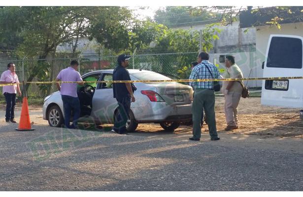 Dejan dos cuerpos dentro de un vehículo, afuera de reclusorio