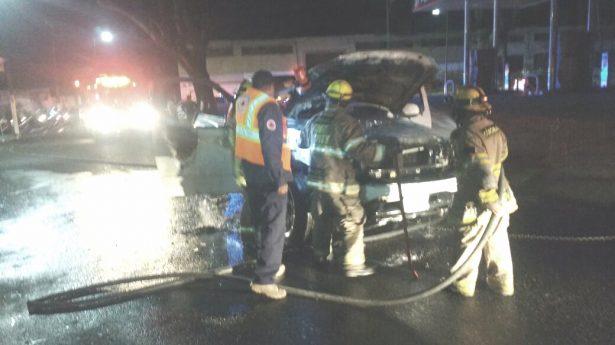 Se incendia camioneta cuando era trasladada al corralón