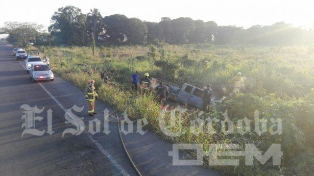 Sale del camino y se quema camioneta, por la UTCV