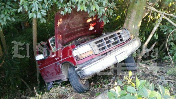Cae camioneta a ladera; hay dos lesionados