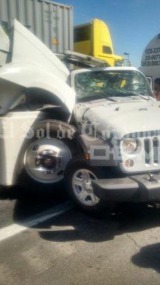 Trailer sin frenos arrolla seis vehículos; un muerto