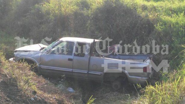 Vuelca camioneta, la abandonan y la desvalijan; en la autopista