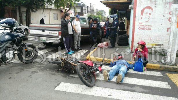 Camioneta impacta a motociclista