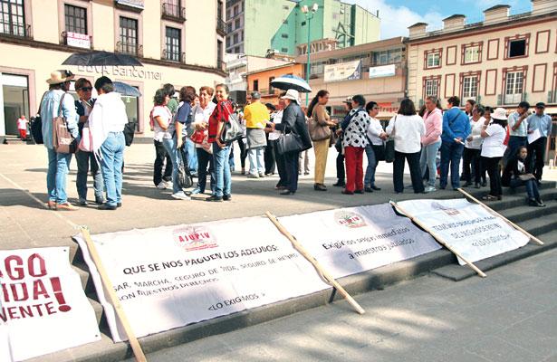 Protestan jubilados; exigen al gobierno pago de adeudo por $75 millones