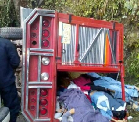 Tragedia: Mueren 18 peregrinos al volcar la camioneta en la que viajaban