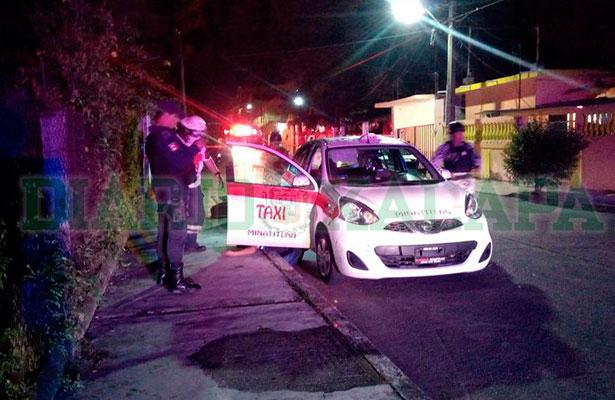 Grupo armado ejecuta a dos dentro de un taxi