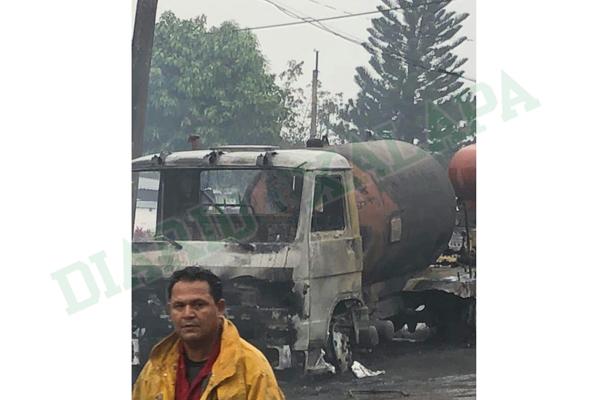 Explosión de pipa gasera hiere a varias personas y daña al menos 5 casas