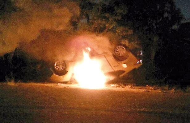Pobladores enardecidos voltean y queman patrulla de Transporte Público
