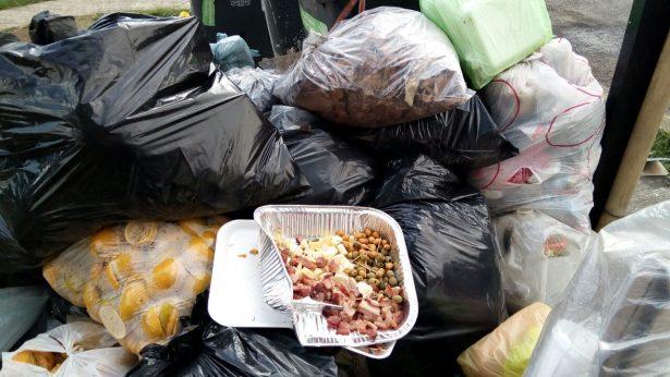 Calles amanecieron llenas de basura