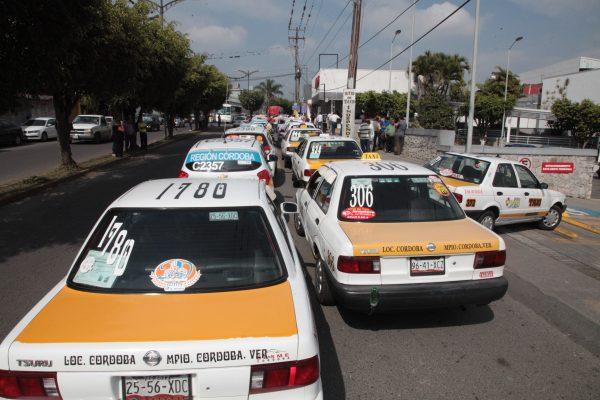 Disputan taxistas sitio en la central de autobuses