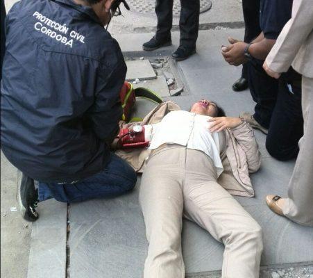 Lesionada al caer en registro dañado en centro de Córdoba