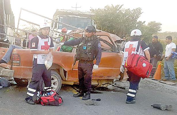 Tragedia: 8 muertos tras choque entre camioneta y autobús de pasajeros