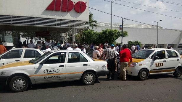 Disputan taxistas sitio en Central Camionera