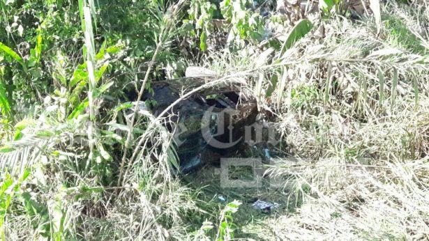 Cae camioneta a barranca de San Miguel