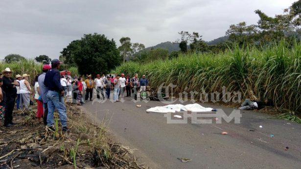 Mueren dos estudiantes al chocar contra camioneta