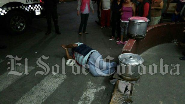 Atacan a balazos a vendedor de tamales