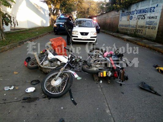 Dos motociclistas lesionandos en choque frontal