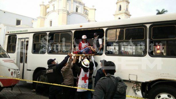Dos personas lesionadas en choque de autobuses